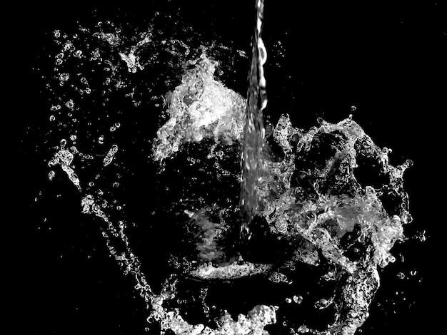 Spruzzi d'acqua isolato su uno sfondo nero