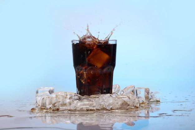Spruzzi di bevanda fredda di cola