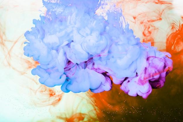 Spruzzi di pigmento blu e arancione