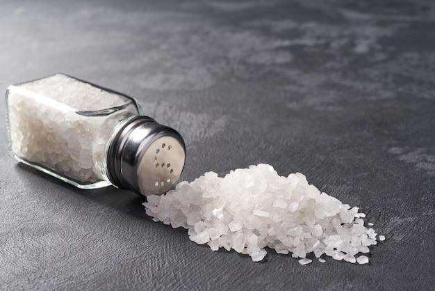 Spruzzi gli agitatori di sale sulla pietra nera, fuoco selettivo.