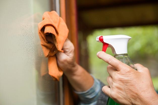 Spruzzo di pulizia domestica dal flacone spray antibatterico per la disinfezione da virus
