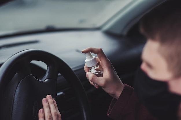 Spruzzo spray disinfettante antibatterico in auto