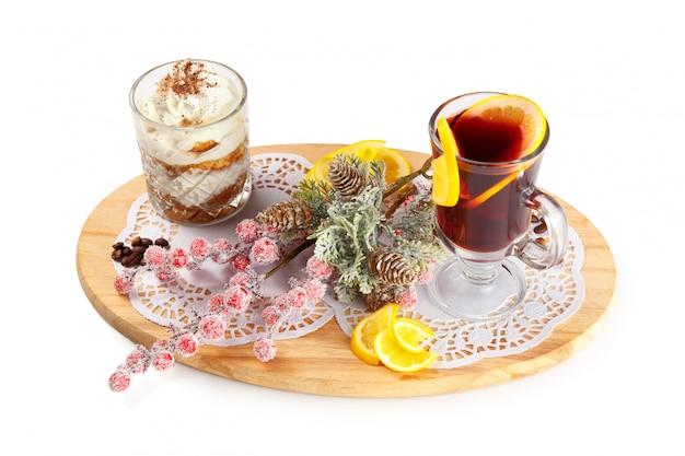 Spugna dessert in un bicchiere e vin brulè