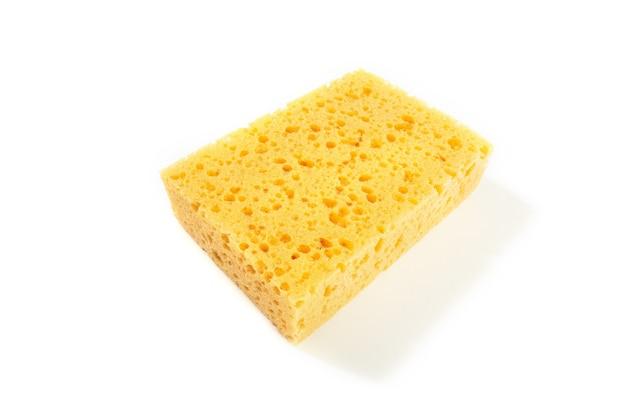 Spugna gialla isolata su fondo bianco