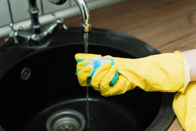 Spugna per lavare i piatti in mano.