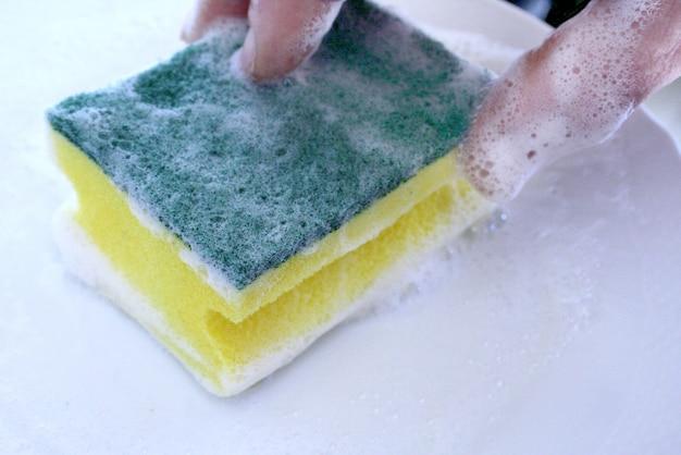 Spugna per piatti con detergente