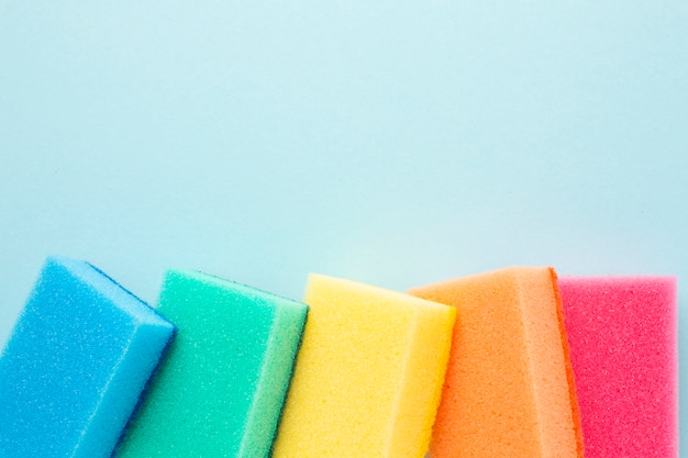 Spugne colorate con spazio di copia