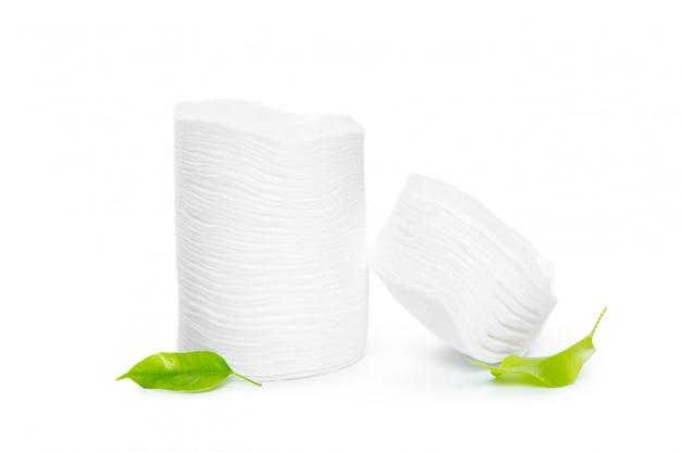 Spugne di cotone isolate su fondo bianco