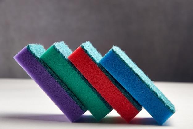 Spugne multicolori per lavare i piatti in primo piano