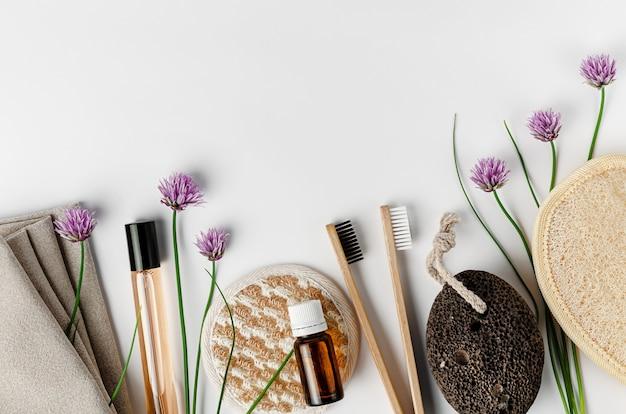 Spugne viso e corpo, spazzolini da denti in bambù, profumo e pomice. concetto di routine quotidiana.