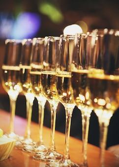 Spumanti bicchieri di champagne in fila al bar, catering