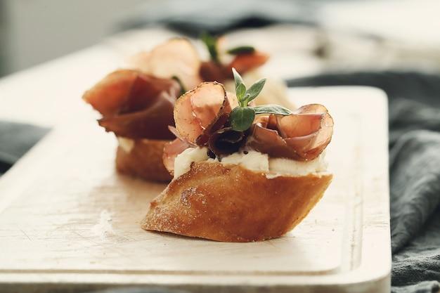 Spuntini al bacon. tapas spagnole tradizionali