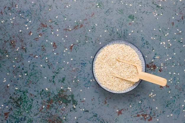 Spuntini con semi di girasole, semi di lino, semi di sesamo sul tavolo grigio