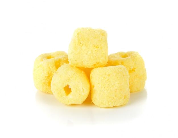Spuntini croccanti del cereale su un bianco