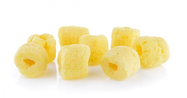 Spuntini croccanti del cereale su una priorità bassa bianca