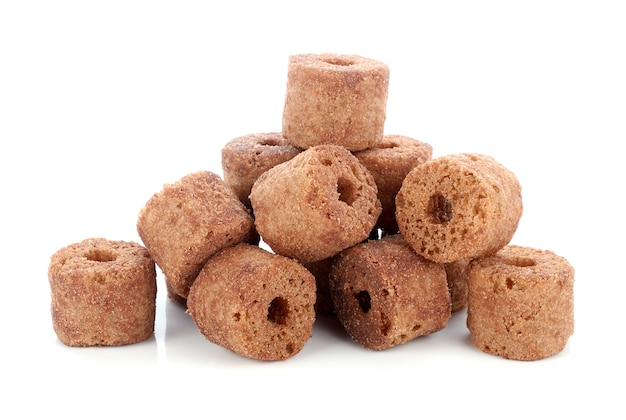 Spuntini croccanti del cioccolato e del cereale su una priorità bassa bianca.