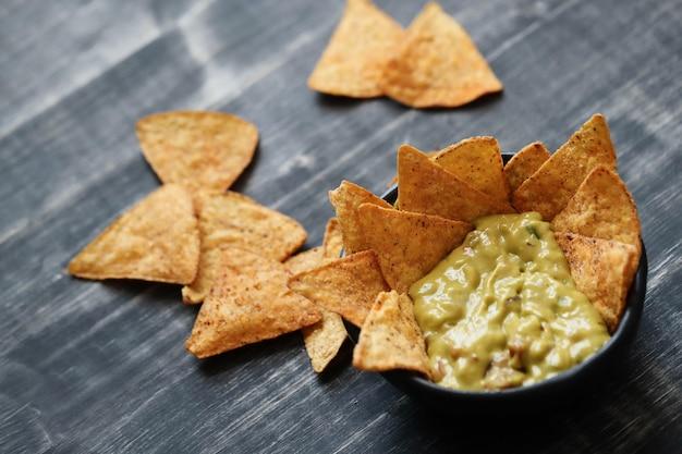 Spuntini. deliziosi nachos con guacamole