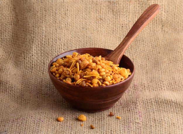 Spuntini indiani: miscela (noci tostate con pepe salato, spezie, legumi, piselli)