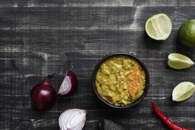 Spuntini. nacho con salsa guacamole sul tavolo