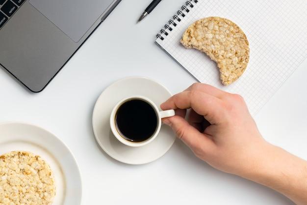 Spuntini sani al lavoro durante la pausa