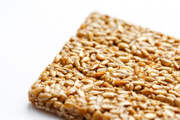Spuntini sani. cibo dieta fitness. frittella di kozinaki, semi, barrette energetiche.