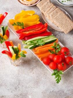 Spuntini sani verdure e hummus
