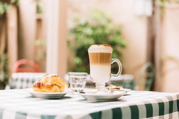 Spuntino al caffè e croissant