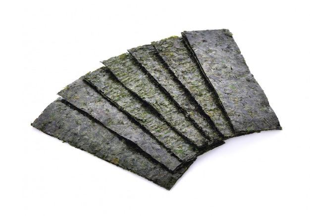 Spuntino arrostito dell'alga isolato su fondo bianco.