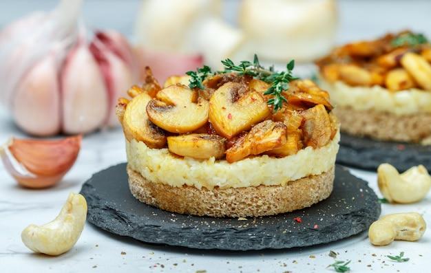 Spuntino di specialità gastronomiche di funghi fritti