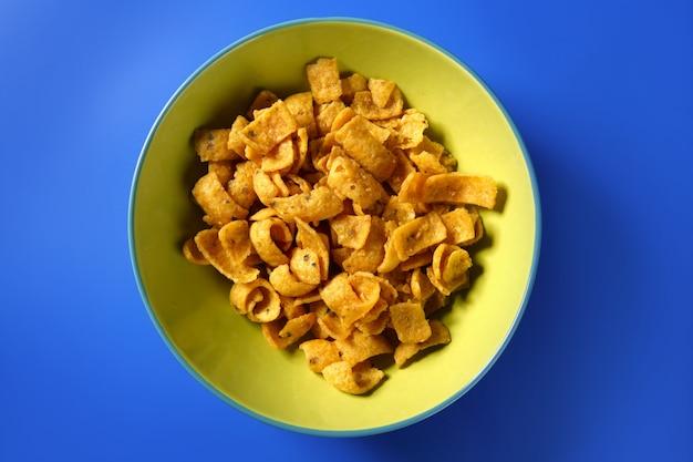 Spuntino dorato del mais fritto in piatto