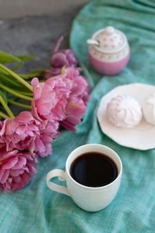 Spuntino gustoso. tazza di caffè e un piatto di dolci