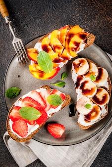 Spuntino salutare per la colazione, toast con toast con frutta e bacche