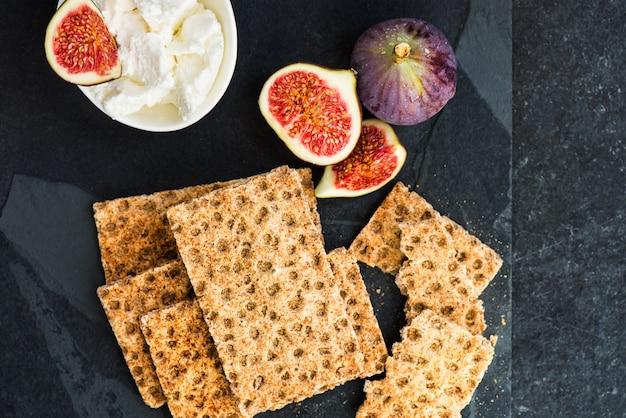 Spuntino sano da cracker di pane croccante di segale integrale, fichi e