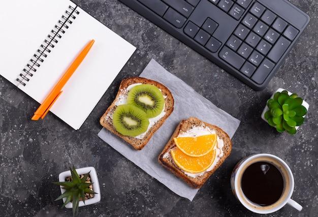 Spuntino sano panini alla frutta e caffè nero sul posto di lavoro