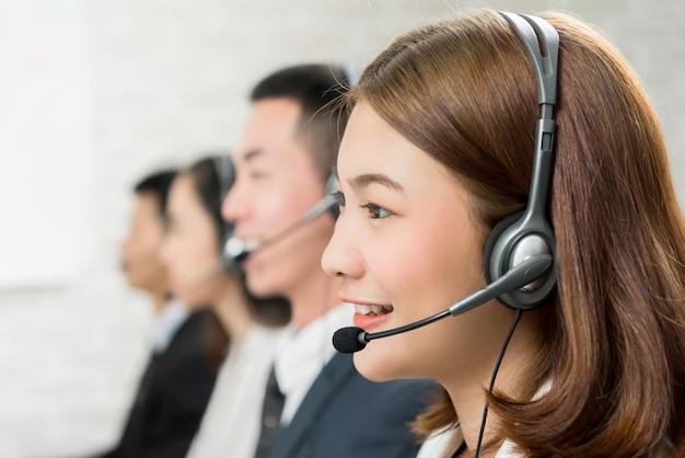 Squadra asiatica dell'agente di servizio di assistenza al cliente di telemarketing della donna