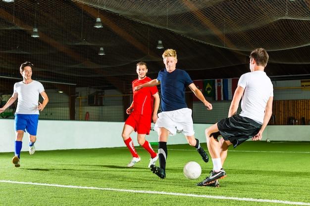 Squadra che gioca a calcio o calcetto indoor