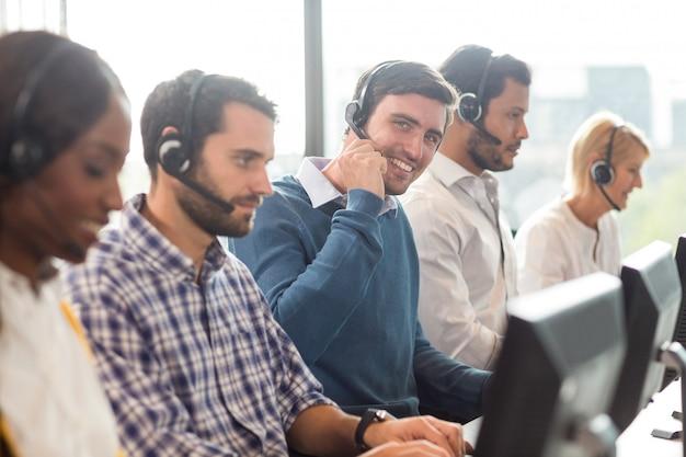 Squadra che lavora al computer con l'auricolare