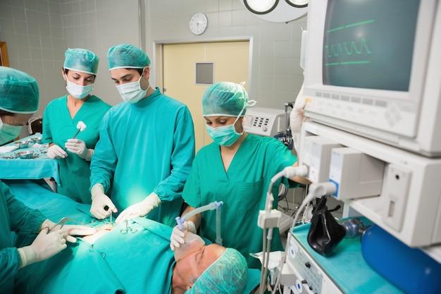 Squadra chirurgica accanto a un monitor
