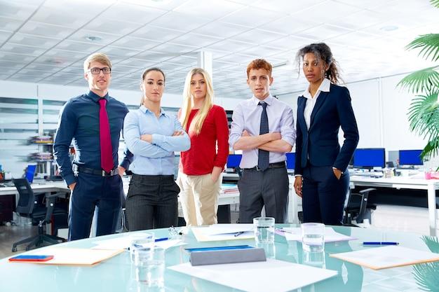 Squadra del dirigente di affari youg la gente in ufficio