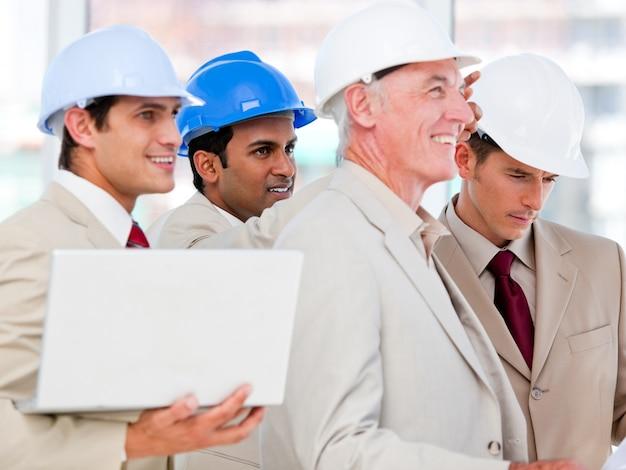 Squadra dell'architetto condifent che lavora ad un progetto di costruzione