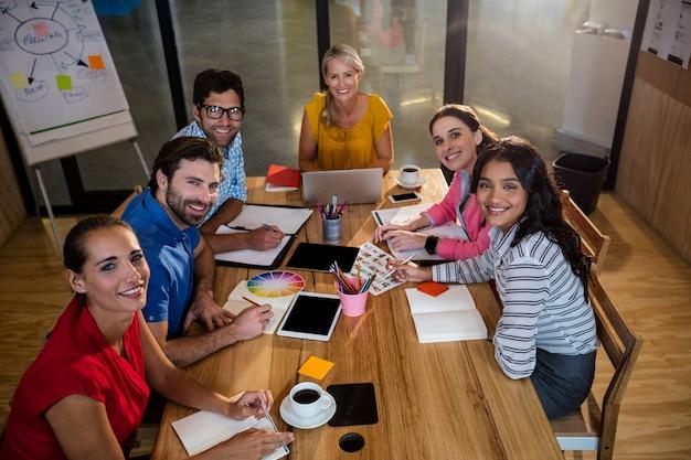 Squadra di affari casuali che ha una riunione