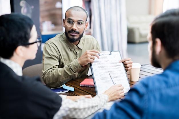 Squadra di affari che analizza le strategie alla riunione