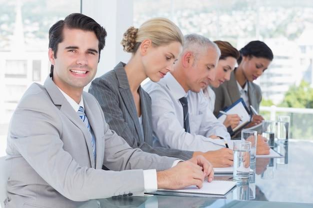 Squadra di affari che cattura le note durante la conferenza