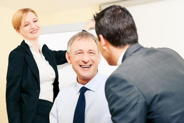 Squadra di affari che discute cose piacevoli