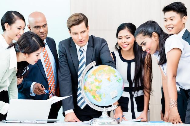 Squadra di affari che discute intelligenza di mercato globale