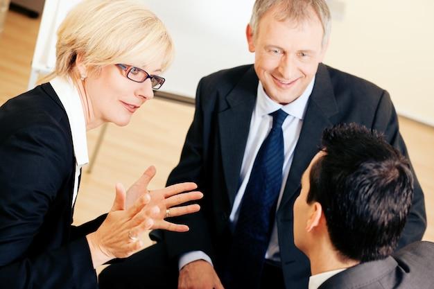Squadra di affari che discute un progetto