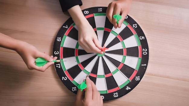 Squadra di affari che indica le freccette che mirano al business del centro target
