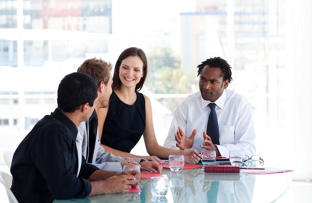 Squadra di affari che interagiscono l'un l'altro in ufficio
