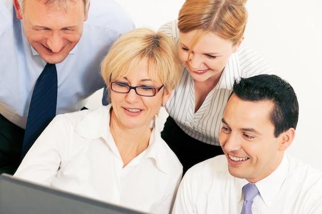 Squadra di affari che lavora al computer