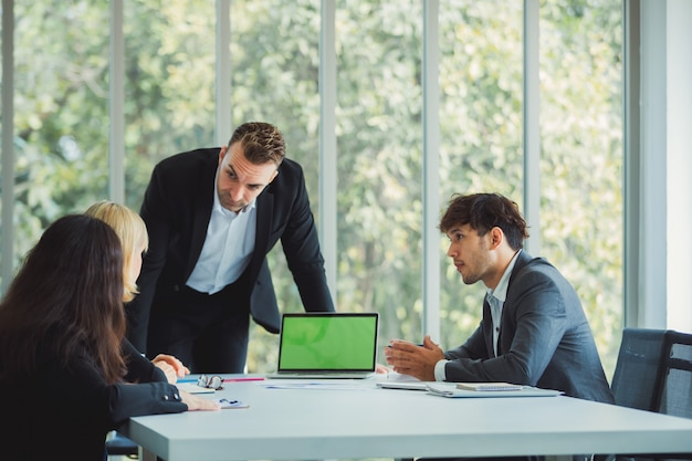 Squadra di affari che lavora all'ufficio moderno